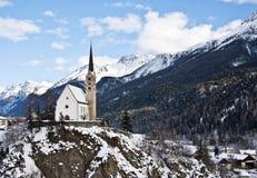 Pequeña iglesia en Scuol Fotos de archivo libres de regalías