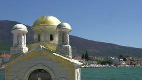 Pequeña iglesia griega cerca del mar en el kallirachi del skala, Thassos Grecia metrajes