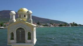 Pequeña iglesia griega cerca del mar en el kallirachi del skala, Thassos Grecia almacen de metraje de vídeo