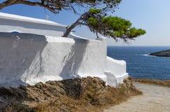 Pequeña iglesia ortodoxa en la isla de Kythnos, Cícladas, Grecia Imagen de archivo libre de regalías