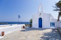 Pequeña iglesia ortodoxa en la isla de Kythnos, Cícladas, Grecia Imagenes de archivo