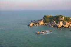 Pequeña isla bajo salida del sol en el mar Fotografía de archivo libre de regalías