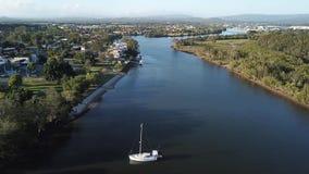 Pequeña isla de la esperanza de la opinión de la mañana del yate, Gold Coast que mira el río del coomera almacen de metraje de vídeo