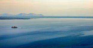 Pequeña isla en el lago Imagen de archivo