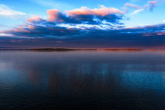 Pequeña isla en el lago en puesta del sol Imagenes de archivo