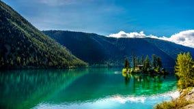 Pequeña isla en el medio de las aguas cristalinas del lago pavilion en el parque provincial del barranco de mármol, Columbia Brit Fotografía de archivo