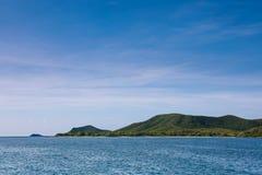 Pequeña isla en el medio del mar y del cielo azul Imagen de archivo libre de regalías