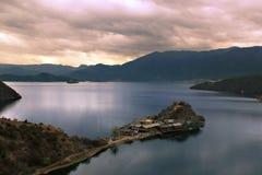 Pequeña isla en un lago Imagen de archivo libre de regalías