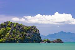Pequeña isla rocosa en el mar cerca por la playa tropical en Langkawi Foto de archivo