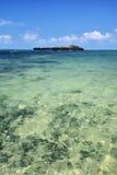 Pequeña isla y mar claro Foto de archivo