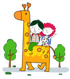 Pequeña jirafa del montar a caballo del muchacho y de la muchacha Fotos de archivo