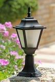 Pequeña lámpara de calle decorativa en la yarda Foto de archivo libre de regalías