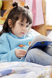 pequeña lectura de la muchacha Fotografía de archivo libre de regalías