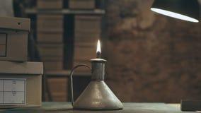 Pequeña linterna con el fuego en tienda antic del vintage almacen de metraje de vídeo