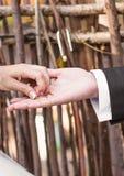 Pequeña llave en hombres y mujer de una mano fotos de archivo