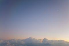 Pequeña luna del cielo grande Foto de archivo