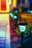 Pequeña luz solar del jardín, linterna en cama de flor Fotos de archivo