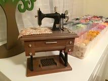 Pequeña máquina de coser con los botones Imagen de archivo libre de regalías