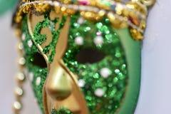 pequeña máscara del carnaval del verde y del oro imagen de archivo