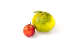 Pequeña manzana y naranja grande Imagen de archivo libre de regalías