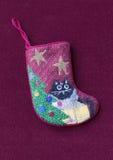 Pequeña media de la Navidad del encaje de aguja con el gato imagenes de archivo