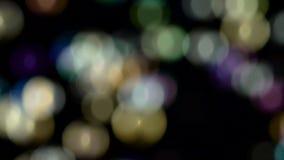Pequeña mosca abstracta del bokeh de las luces Cámara lenta Fondos negros almacen de video