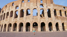 Pequeña muchacha activa adorable que se divierte delante del colosseum en Roma, Italia Niñez del gasto del niño en Europa almacen de video