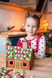 Pequeña muchacha adorable con el adornamiento del pan de jengibre Foto de archivo libre de regalías