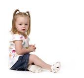 Pequeña muchacha adorable del niño con las colas del cerdo imagenes de archivo