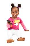 Pequeña muchacha afroamericana con el teléfono móvil Imagen de archivo