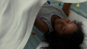 Pequeña muchacha afroamericana dulce almacen de metraje de vídeo