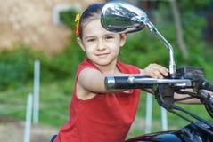 Pequeña muchacha alegre en la bici vieja Fotos de archivo