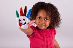 Pequeña muchacha asiática africana con las manos pintadas Fotos de archivo libres de regalías