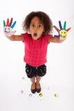 Pequeña muchacha asiática africana con las manos pintadas Fotos de archivo
