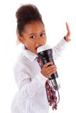 Pequeña muchacha asiática africana linda que canta Fotografía de archivo