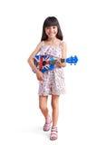 Pequeña muchacha asiática con el ukelele Imagenes de archivo