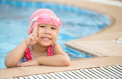 Pequeña muchacha asiática linda en el traje del bikini Fotos de archivo libres de regalías