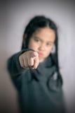 Pequeña muchacha asiática linda feliz que señala con su finger Fotografía de archivo libre de regalías