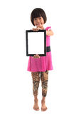 Pequeña muchacha asiática que lleva a cabo al tablero blanco Foto de archivo
