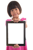 Pequeña muchacha asiática que lleva a cabo al tablero blanco Imagenes de archivo