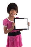 Pequeña muchacha asiática que lleva a cabo al tablero blanco Fotografía de archivo libre de regalías