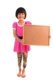 Pequeña muchacha asiática que lleva a cabo al tablero negro Imágenes de archivo libres de regalías