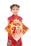 Pequeña muchacha asiática que muestra saludos chinos del Año Nuevo Foto de archivo libre de regalías