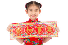 Pequeña muchacha asiática que muestra saludos chinos del Año Nuevo Foto de archivo