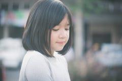 Pequeña muchacha asiática que se divierte fotografía de archivo