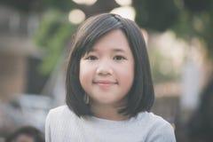 Pequeña muchacha asiática que se divierte imagenes de archivo