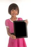 Pequeña muchacha asiática que sostiene el tablero trasero vacío Fotografía de archivo libre de regalías