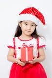 Pequeña muchacha asiática que sostiene la caja roja del GIF en la Navidad Fotografía de archivo