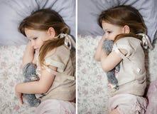 Pequeña muchacha asustada hermosa que miente en cama Fotos de archivo libres de regalías