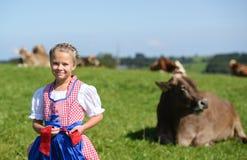 Pequeña muchacha bávara adorable en un campo del país durante Oktoberfest en Alemania Fotografía de archivo